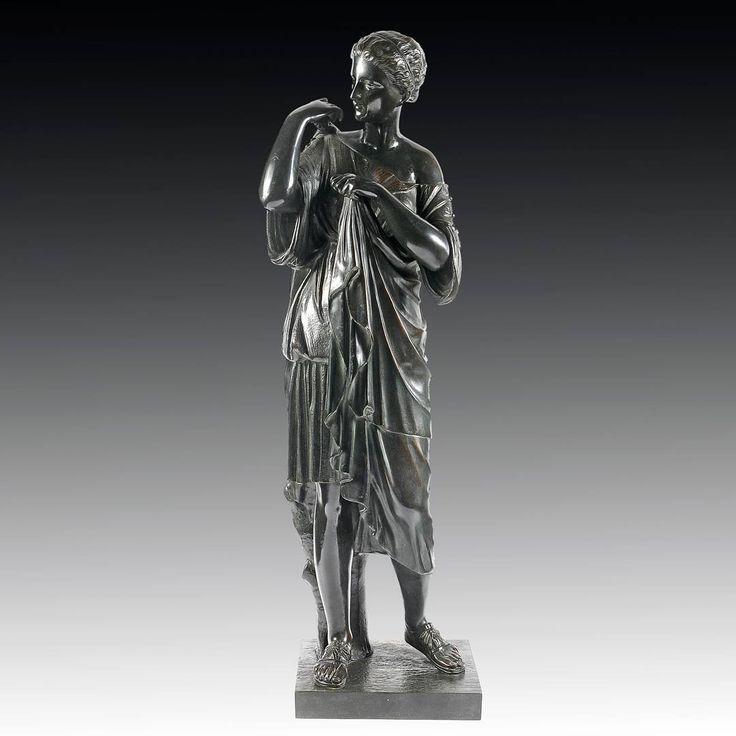 Grande statue en bronze représentante Femme à l'antique Épreuve en bronze à patine verte Époque XIXe siècle Hauteur: 77 cm