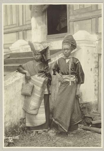 Portret van een Minangkabau jongen en meisje in traditionele kleding in…