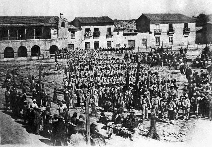 tropas de voluntarios se concentran para partir al frente durante la guerra del pacífico foto archivo fotográfico de la paz