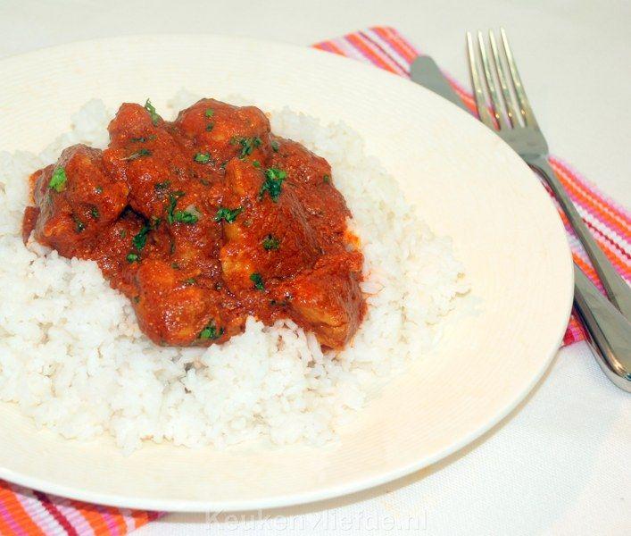 Kip tikka massala is een heerlijk Indiaas gerecht bestaande uit malse stukjes kipfilet (tikka) geserveerd in een licht pittige (garam masala) yoghurtsaus.
