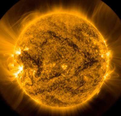 Image du Soleil prise par le Solar Dynamics Observatory  La lumière du soleil ralentit la rotation des couches extérieures du Soleil en volant son moment angulaire