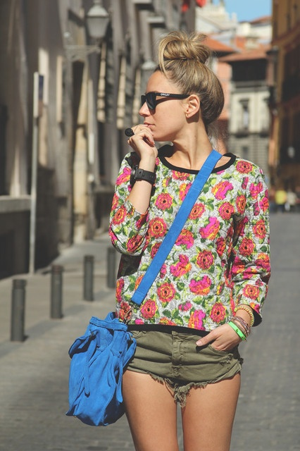 floral shirt + army green shorts.....love the sweater and blue bag