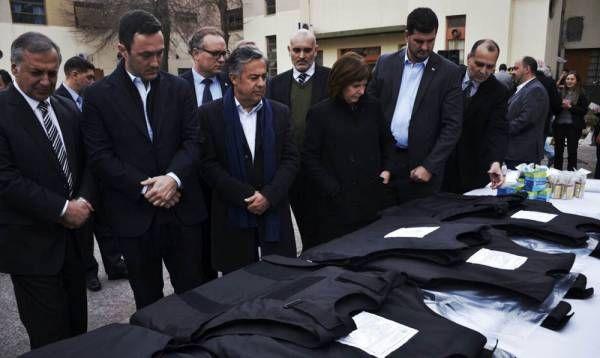 La ministra Bullrich, junto al gobernador Alfredo Cornejo, entregó más de 2000 chalecos a las fuerzas de seguridad de Mendoza