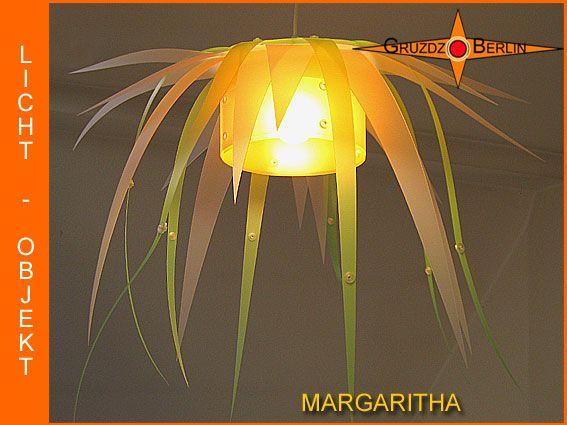 Leuchte MARGARITHA Lichtobjekt in Blütenform. Einer Margaritenblüte nachempfunden ist: Die Pendelleuchte MARGARITHA mit passendem Baldachin.