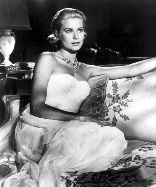 Grace Kelly  Fenêtre sur cour, Le Crime était presque parfait… Grace Kelly fut l'actrice fétiche d'Alfred Hitchcock. En 1955, le réalisateur la dirige aux côtés de Cary Grant dans La Main au collet où elle joue le rôle d'une jeune héritière milliardaire. Un an plus tard elle épousera le Prince Rainier III de Monaco et deviendra la Princesse Grace de Monaco.  Photo: DPA/ABACA