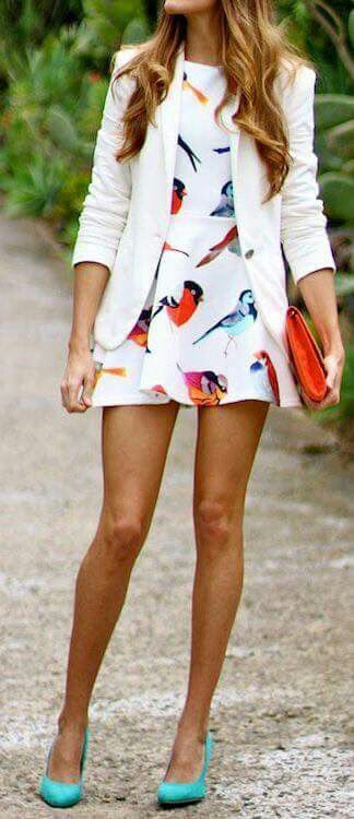 Summer dress with bird pattern, white blazer, orange bag and turquoise pumps
