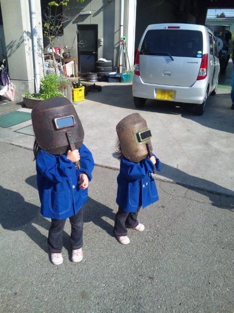 The Cutest Picture Of Kids Watching The Solar Eclipse From Japan. I can't even take it.