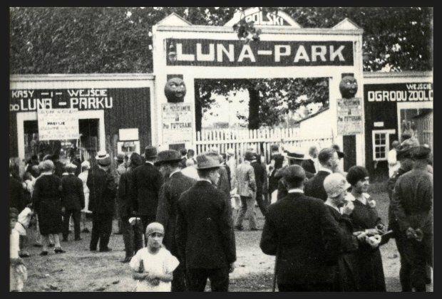Warszawa przedwojenna - wejście do Ogrodu Zoologicznego i Luna Parku od ul. Ratuszowej (ok. 1928)