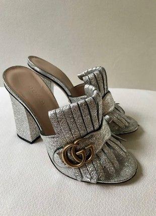 Kaufe meinen Artikel bei #Kleiderkreisel http://www.kleiderkreisel.de/damenschuhe/high-heels-and-pumps/160329540-gucci-marmont-fransen-sandalen-silber-36-leder-pantoletten-sandals-fringe-mules-silver
