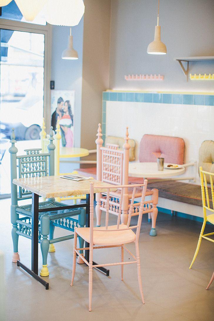 """Le Maha cafe : un restaurant / salon de thé indien où l'on trouve des plats végétariens. Découvert depuis (très) peu de temps à travers """"Le blog de la méchante"""".  Hâte d'y aller """"en vrai"""" pour le découvrir. Il a l'air tout doux...  L'intérieur couleur pastel, la cuisine indienne... Un beau programme en perspective ♡  leblogdelamechante.fr/blog-mode/maha-cafe-saint-germain-paris"""