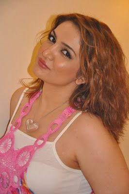 Aarab Pics Collection: Heart artifical Locket in arab model neck