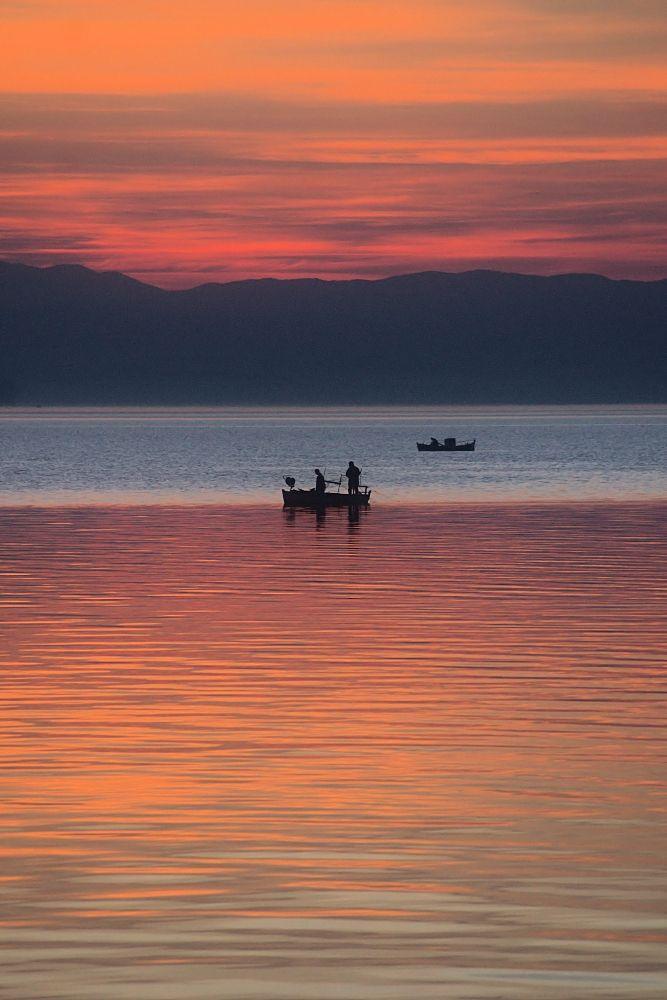 Ψαρόβαρκες στο Θερμαϊκό λίγο μετά τη δύση