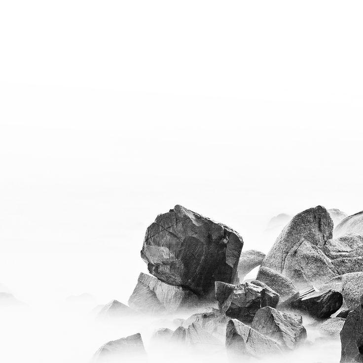 Minimalistische fotografie: Rotsen in de mist fotograaf Cèdric Dasesson.