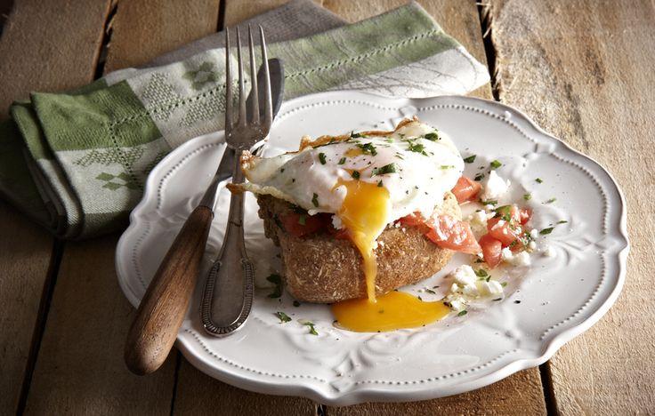 Υγιεινός, γρήγορος στην προετοιμασία του, νόστιμος και χορταστικός, ο κρητικός ντάκος χωράει πάνω του όλη τη μαγειρική φαντασία που θα τον μεταμορφώσει σε ένα γρήγορο, πλήρες γεύμα.