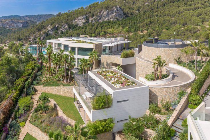 Situé sur une colline, dans l'un des plus beaux endroits de l'île de Majorque Son Vida, se trouve un bien à vendre extraordinaire : la Villa Caméléon. Ici le mot d'ordre est luminosité !  UNE MAISON LUMINEUSE ET SPACIEUSE  Avec ses grands espaces ouverts et ses jeux de lumière, la Villa Caméléon est charmante, raffinée et surprenante. Sa façade est faite de verre, à la surface de laquelle un jeu de LEDS nouvelle technologie y forme des reflets colorés et ce, comme vous le désirez.  Sa…