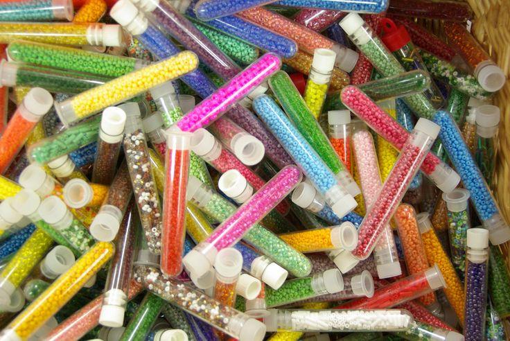 Tubes de perles disponibles au rayon Mercerie de votre magasin Ellen Décoration.