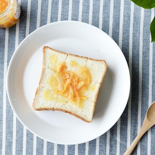 「8種類の柑橘ママレード今季最後の再販です! ▶︎商品はプロフィールから!ご覧ください  広島県瀬戸田産のていねいに育てられた柑橘たちを1瓶にぎゅっと詰め込みました。食欲をそそる柑橘の鮮やかなオレンジ色も自然の色味。  茹でこぼしを何度も繰り返し、じっくり煮込んでるのでピールの苦さもなく、お子さまにも美味しく味わっていただけますよ。  トーストはもちろん、ちょっぴりビターなチョコレートとも相性ぴったりです◎  #北欧暮らしの道具店 #KURASHIandTripsJAMLABORATORY #ジャム #暮らし #朝食 #朝ごはん #トースト