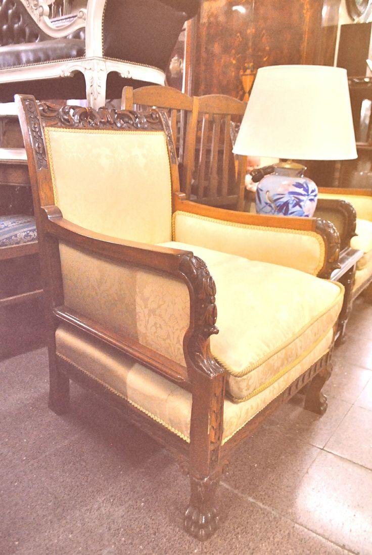 Sofá antiguo totalmente restaurado y tapizado en color crema, con terminaciones en madera. ¡Una joya! www.larueda.com