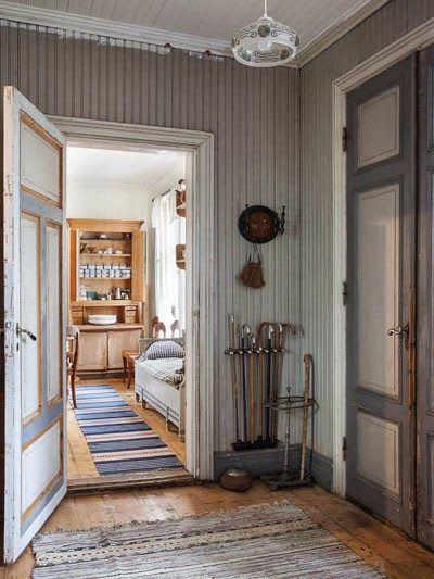 """Alla orörda detaljer ger huset en speciell atmosfär. """"Sedan jag var barn har jag älskat gamla möbler. Att ta hand om dem och rädda dem från att bli slängda ger mig stor tillfredsställelse"""", säger Ulla-Britt."""