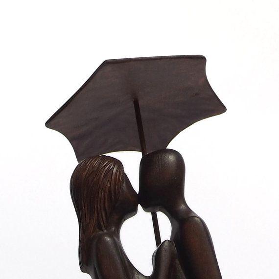 Scultura in legno Bacio sotto la pioggia di Woodinthemood su Etsy