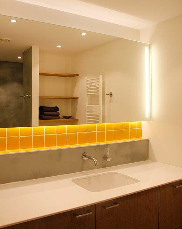 Studio Kustlijn Architecten - Badkamer Ontwerp Den Haag Tadelakt. Gele tegels. Kraan, spiegel verlichting.