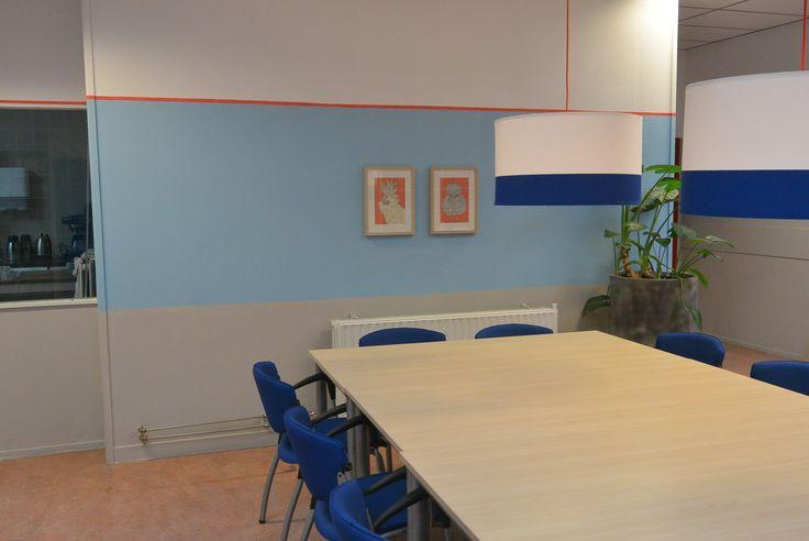 Bestaande tafel en stoelen gebruiken, nieuwe lampen #Ikea en muren verven in zachte kleuren met oranje accent.
