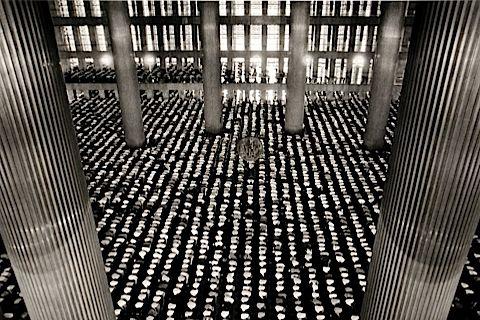 mosque-istiqlal-jakarta-1996-sebastiao-salgado.jpg (480×320)