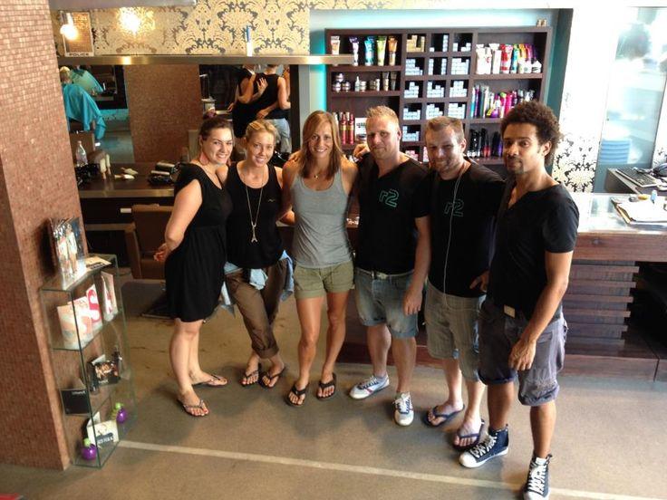 Ezúton gratulálunk Olimpiai bajnok vendégünknek Fazekas Krisztinának a kajak négyes tagjának!Reméljük a jó frizurával mi is kicsit hozzájárultunk a sikeréhez:))!Szép volt!!! – Krisztina Fazekas Zur társaságában.