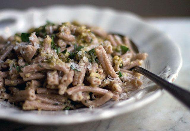Un piatto rustico e riscaldante, adatto alla stagione fredda e semplice da preparare. La salsa di noci dà il suo meglio con questo formato di pasta!  http://lifeg.at/1hvgoD0