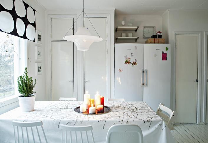 Keittiön jouluilme on mustavalkoinen Marimekon verhon mukaan.   VALKEA JOULU TAMPEREELLA   Koti ja keittiö