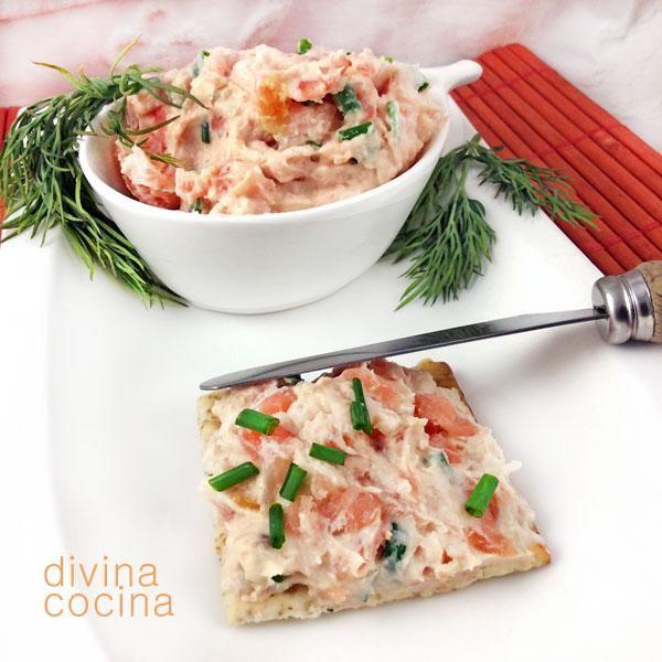Es muy fácil hacer un rico paté de salmón casero y el resultado es mucho más natural. Con estas recetas que te damos puedes untar tostaditas y canapés, rellenar tartaletas o preparar sandwiches y bocadillos.