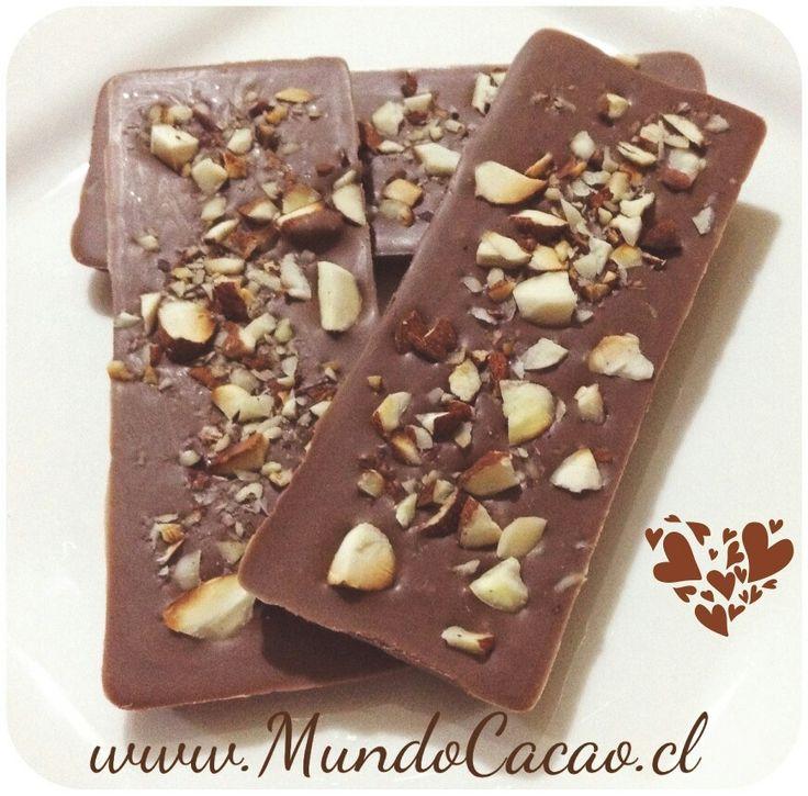 Barra de chocolate sin azúcar 32% de cacao con almendras tostadas.