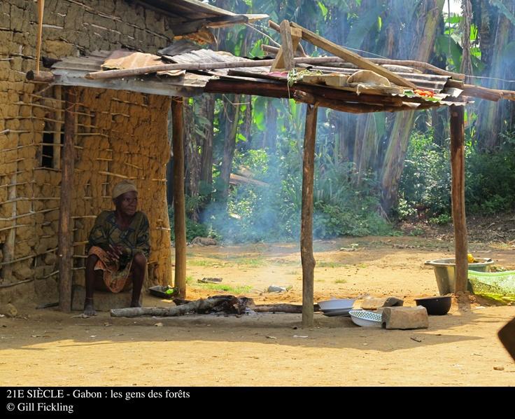 21è siècle : Gabon, les gens des forêts.  Posséder un passeport ou une carte d'identité paraît bien normal. Mais beaucoup de peuples dans le monde n'ont jamais été reconnus comme citoyens de leur propre pays. Dans la forêt tropicale du Gabon, en Afrique de l'Ouest, c'est le cas des pygmées. Un homme est pourtant bien déterminé à les aider.