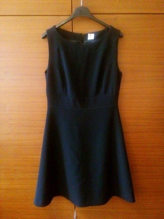 Jednoduché decentní černé šaty v délce po kolena na široká ramínka. Velmi vkusné a vhodné pro jakoukoliv příležitost. Snad...