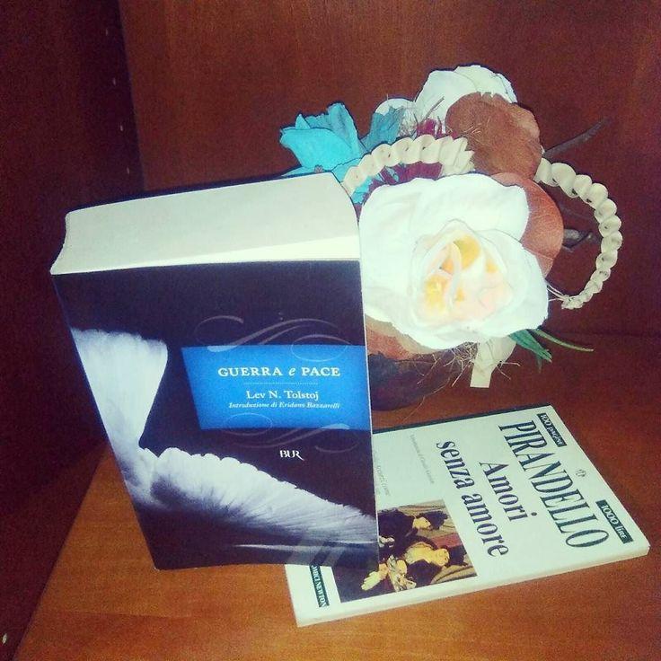 Sfida 26 della #ireadchallengenov di @leggendoabari - libro mattone vs libro sottile  #guerraepace #tolstoj #pirandello #libri #leggere #lettura #amoleggere #libro  #libriovunque #romanzo #letteratura #fiori #books  #bookstagram #booklover #bookworm #booknerd #bibliophile #instapic #instalike #igreads #bookblogger #instagood #picoftheday #flowers