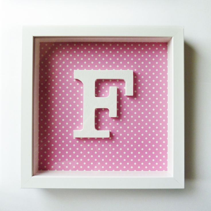 Quadro F branco com fundo rosa e bolinhas brancas 25,5 cms x 25,5 cms