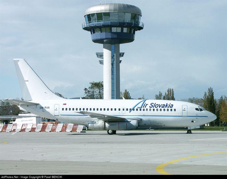 Boeing 737-230(A), Air Slovakia, OM-RAN, cn 23156/1082, first flight 22.1.1985 (Lufthansa), Air Slovakia delivered 7.5.2002. Stored 22.7.2010. Foto: Bratislava, Slovakia, 26.10.2002.