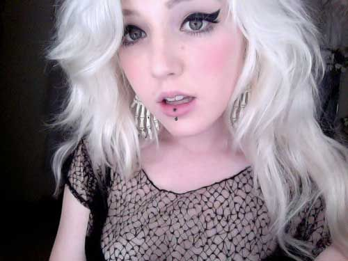 cara de boneca com cabelo branco