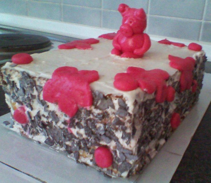 Narozeninový dort pro kamarádku. Vanilkové piškotové těsto, pomerančový krém, šlehačkový krém, marcipánová poleva, čokoládové hoblinky, marcipánové zdobení. Vše má práce :)