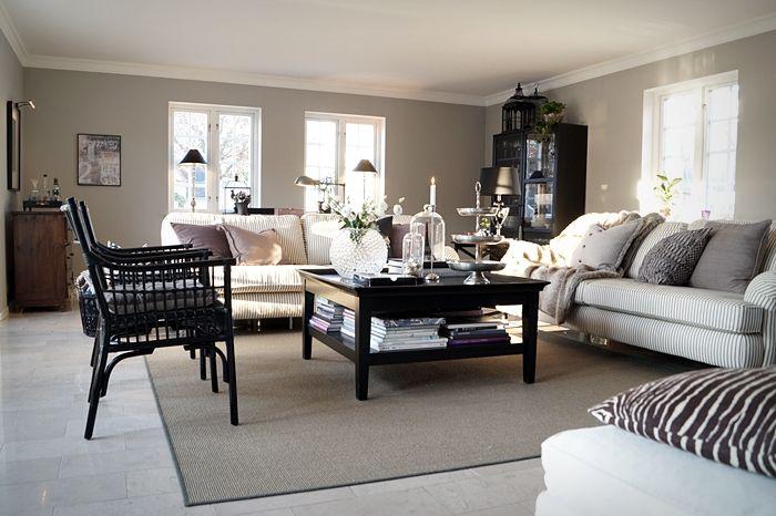 Vårt vardagsrum i toner av lila, grått, svart, vitt och mörkt trä. Där har ni vår färgsättning som är allt annat än skarp, men vilsam och hållbar. Har inte tröttnat på det än och accentfärgerna har...