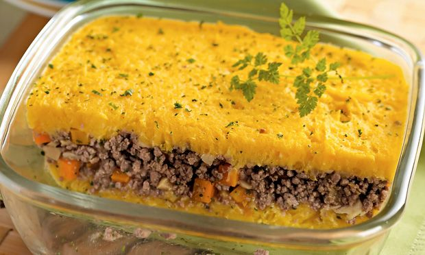 Assado de carne moída com mandioquinha. Cardápio: abobrinha gratinada, assado de carne moída com mandioquinha, arroz e feijão.