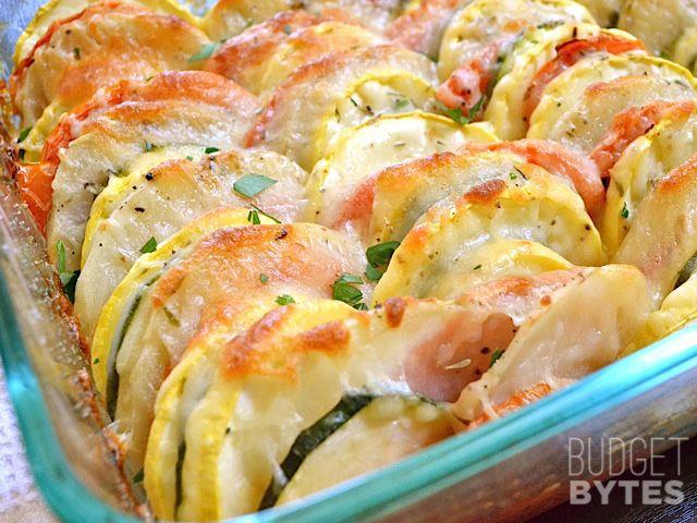 新鮮な夏野菜やおいしいハーブは、その後、一緒に積層されているこの夏の野菜天に完璧に焼き付ける前にチーズをトッピング。 BudgetBytes.com H