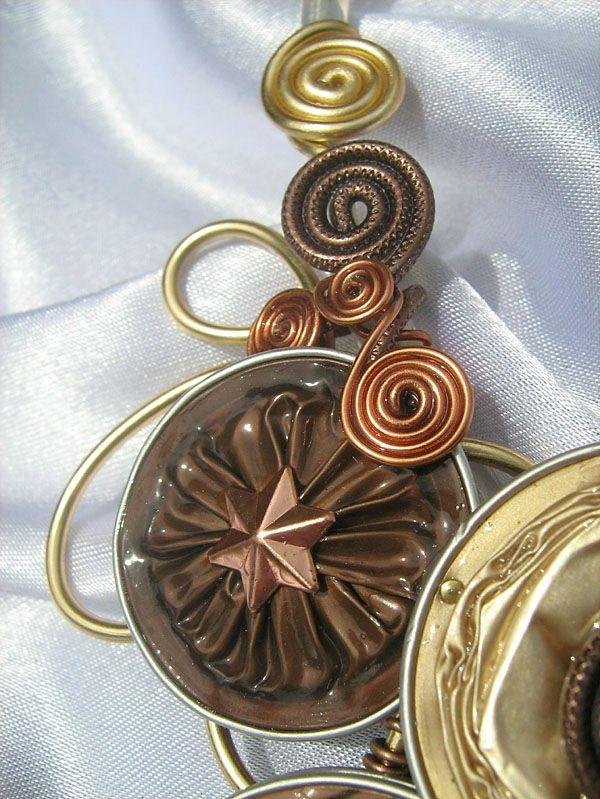Collier réalisé dans un camaïeu de bruns et or clair, monté sur un tour de cou semi-rigide en cordon électrique, avec un fermoir magnétique...