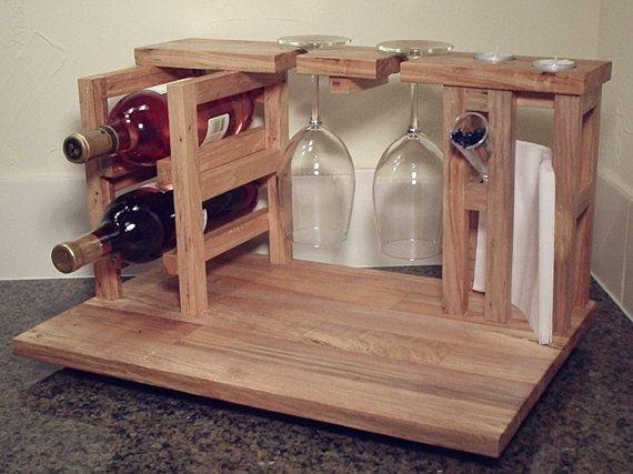 Nuestra fiesta de vinos y quesos para 2, incluye estante del vino para 2 botellas de vino, 2 sostenedores de cristal, tabla de cortar queso y sostenedor de la servilleta todos de upcycled nuez sólido remanente del suelo.  Este es un diseño único y original de hábito Shmabit, hecho a mano en Texas, uno en un momento... este artículo no se masa produce. Cada vinos y quesos para 2 son un original, y éste está listo para enviar. No hay que esperar.  Nuestros vinos y quesos para 2 es la solución…
