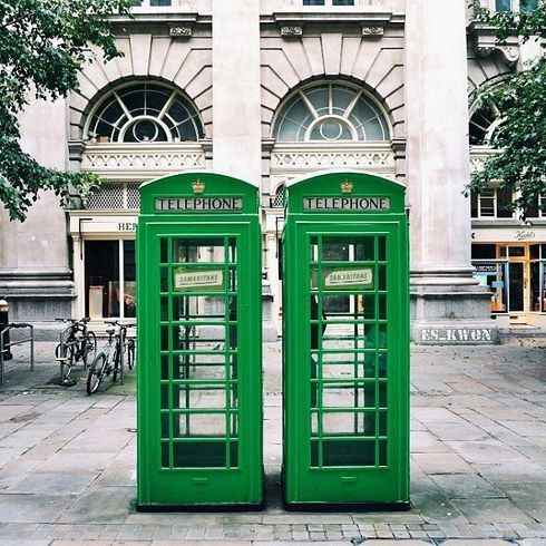 Excuse us for a minute while we take this call--London Vibes.  PC: @es_kwon // Instagram  IG