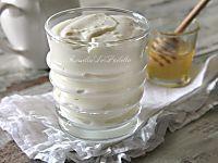Torta pasticciotto fredda. Una deliziosa torta fredda farcita farcita con crema pasticcera, panna e amarene racchiuse in un morbido guscio di biscotti.