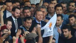"""Image copyright                  Reuters Image caption                                      Rodeado de una multitud que lo aclamaba, Erdogan dijo: """"El gobierno está en control"""".                                El presidente de Turquía, Recep Tayyip Erdogan, regresó en la mañana de este sábado a Estambul horas después de que iniciara un intento de golpe de Estado en su contra por parte de un grupo de militares. Y frente a una mu"""