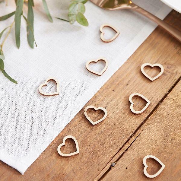 Diese hübsche Streudeko in Herzform ist perfekt als Ergänzung für die Tischdeko bei der Hochzeit! Die kleinen Holzherzen verschönern auf elegante Weise die Hochzeitstische und können sogar als Andenken an die Hochzeitsgäste verteilt werden.