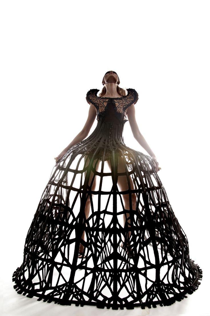 Basée à Londres, l'univers de Malgorzata Dudek est emprunt d'une grande dimension dramatique. S'inspirant du mythe d'Arachné et des expérimentations menées par la NASA dans les années 60 qui ont exposé des araignées à différentes drogues, ses créations sont à la fois sculpturales et d'un grand raffinement. Mélangeant la soie, le coton, le jersey, la laine, le métal découpé au laser, elle n'utilise pas de cuir par respect pour les animaux mais l'imite à l'aide de textiles recyclés.