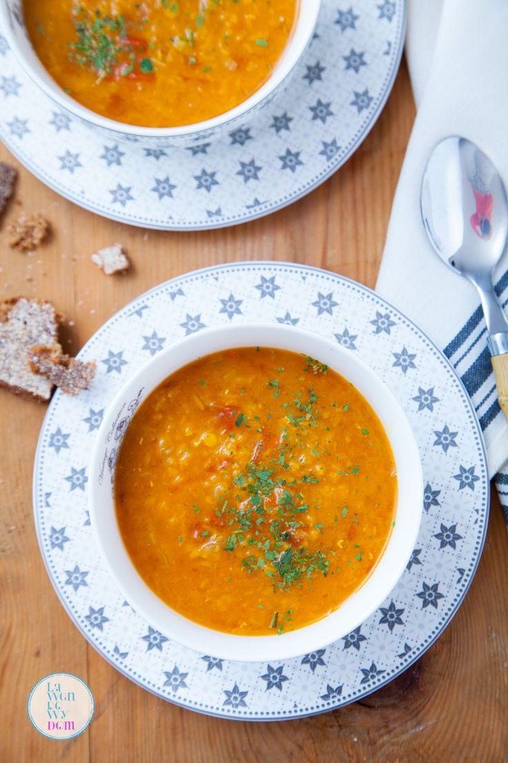 Zupa z soczewicy to jedna z najpopularniejszych zup, lubianych szczególnie w okresie jesienno-zimowym. I wcale sięnie dziwię. Jest pożywna, aromatyczna, rozgrzewająca i bardzo smaczna. Talerz takiej gęstej zupy może spokojnie wystarczyćza cały posiłek. Zupę podaję z chlebem. Doskonale sprawdzą się tu grzanki z przesmażonego na oleju z czosnkiem czerstwego chleba. ...czytaj